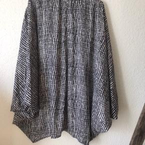 Super smuk skjorte leder efter nyt hjem.  Den er af 100% polyester, med knapper hele vejen ned og med et super smukt mønster.  Den har heller aldrig været i brug, men bare hængt på en bøjle og kedet sig.  Kan bruges både som kimono, men også med et par jeans, en nederdel, sneakers og stilletter - den er altså en multifunktionel sag 😉  Køber skal selv betale fragt og gebyr, men du er også velkommen til at komme forbi og hente den ☺️