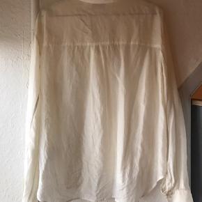 Skjorte i 100 % tynd silke. Str 36 men oversize