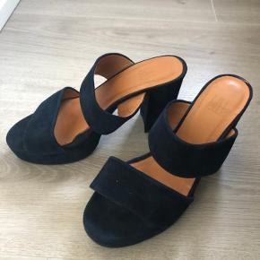 Fede Billi Bi sandaler/pumps i den smukkeste mørkeblå farve. Perfekte til et par blå jeans, men også fede til både kjole og nederdel. Kommer fra både røg- og dyrefrit hjem.