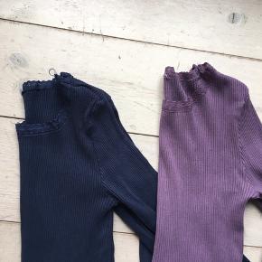 2 bluser til venstre - den blå og den lilla er str 170 og næsten ikke brugte. Pris pr. Stk. 35 kr.   Den blå til højre er str. 164 - denne bluse er god men brugt. Pris 30 kr.  Jeg bytter ikke. Priserne er faste.