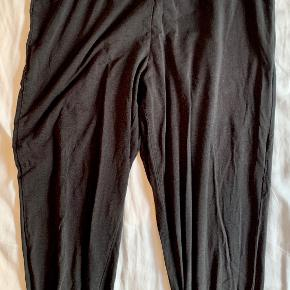 Calvin Klein leggings i str. small. Er blevet brugt en del og har en del slidt; derfor den lave pris.