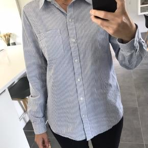 Flot figursyet skjorte   - Køber betaler fragt - Kan afhentes i Horsens eller Aarhus