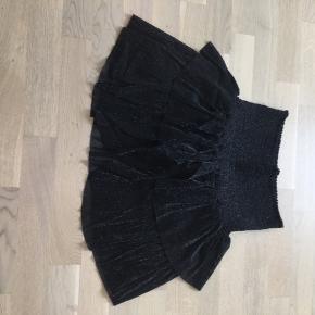 Super flot glimmer flæse nederdel. Sælger også matchende overdel. Aldrig brugt.