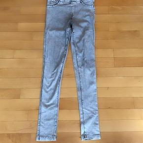 H&M lækre grå stretchbukser str 146 cm 11 år .