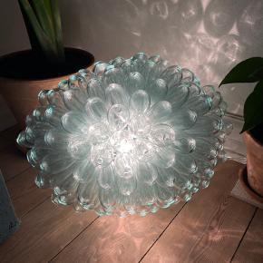 håndblæst lampe fra HAY, kan hænges eller også til et bord. Fedt og store 50cm x 35cm.
