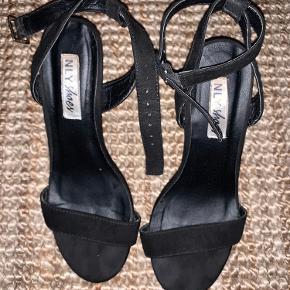 Kun brugt 1 enkelt gang, hvilket kan ses en smule på skosålen, men ikke noget resten af skoen bærer præg af.   Hælhøjde: 9 cm