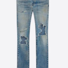 """Str28 Saint Laurent Paris bukser. Købt i butikken i London for 4400 DKK, aldrig brugt!!!  """"Original Low Waisted Repaired Skinny Jean in Vintage Dirty Blue 50's Denim""""  Hey original emballage + kvittering og alt det der !"""