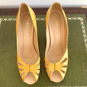 Str 4 hvilket svarer til en str 37 gul open toe sko fra Parisian. Gule med mønster der minder lidt om en bikube. I god stand. 6 cm hæl.