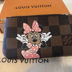 Brugt 1-2 gange. Købt af KS hand painted luxury bags i Italien ( kan findes på Instagram). Gav selv 3200 kr, da den er lavet specielt til mig. Bytter ikke, ved TS betaler køber gebyr samt forsendelse . Prisen er fast.
