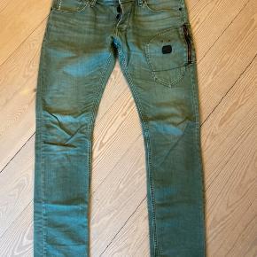 Slim fit jeans fra G-star. Brugte, ikke som nye, men fejler intet, udover alm brugspor.  Byttes ikke.