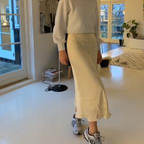 Sælger denne fine silke nederdel!! Aldrig brugt 💛