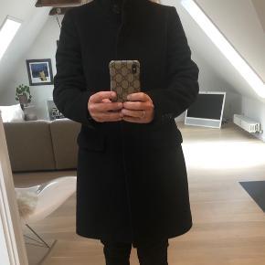 Sort uldfrakke fra CLOSED.   Nypris 3500,-