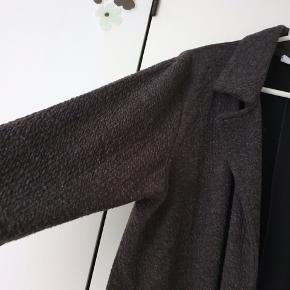 Smart og lækker jakke/cardigan fra ze-ze. Er i dejlig blød kvalitet med stræk. Skal bare stå åben. Brugt en enkelt gang.  Kig forbi mine andre annoncer og spar penge - også på portoen 😉