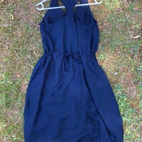 Superflot kjole. Kan strammes mere eller mindre ind i livet.