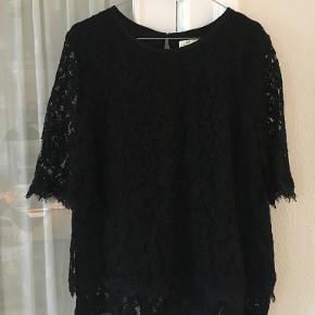 Ubrugt blonde-bluse fra Day Birger Et Mikkelsen i str 40 (42). Har stadigvæk tag/mærke på. Bomuld/Nylon/Viscose. Fra ærmegab til ærmegab 2x50 cm, længde: 63 cm. BYTTER IKKE. Sælges for 300 kr. Se også mine andre annoncer!!!
