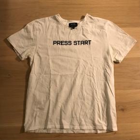 APC t-shirt - passer som en Small  ALLE bud modtages da den bare ligger i skabet