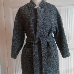 Frakke, str. 38, H&M, Meleret, Ubrugt  Helt ny og ubrugt skøn tweed jakke/frakke med bindebælte og 2 lommer. Ingen knapper. Groftvævet og tweedagtig kvalitet i en blanding af farverne sort, grå og hvid. Med for. Materiale: 61% acryl, 32% polyester og 7% uld. For: 100% polyester Nypris: 399 Eventuel fragt lægges oveni: 45 med DAO til nærmeste posthus/butik
