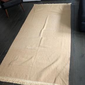 Smukt vintage tæppe jeg har købt i udlandet . 240 langt og 115 bred. Flot på enkelt seng og i diverse møbler  Har selv brugt det på den Day bed jeg også har til salg