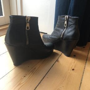 Sælger disse behagelige støvletter med en hælhøjde på 10 cm