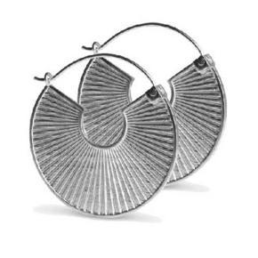 1 par Plissé øreringe i sølv fra Jane Kønig. Glatte på den ene side og Plissé på den anden. Måler 33 mm i diameter. Kun brugt en gang. Sælges i original æske.