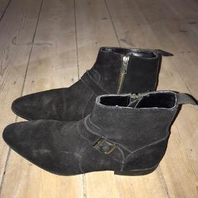 Støvler, købt fra ASOS, størrelsen er 42,5, brugt få gange.