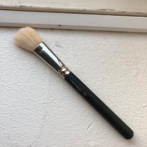 Mac 168s børste - brugt 1 gang og derefter rengjort. Nypris 300kr. Byd gerne :)