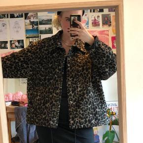 mega fed vinterjakke fra weekday i leopard brugte den sidste år som vinterjakke, men har ingen tegn på slid:)  np var 590 ca