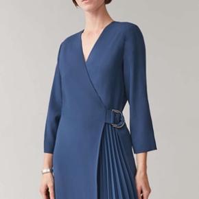 Smukkeste blå slå-om kjole fra Cos💙 Aldrig brugt og stadig med prismærke.