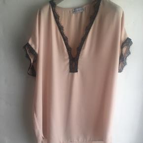 Super fin silke-sag  Måler 2x60 cm i Brystvidde Ca 78 cm lang  Se mine andre annoncer med massevis af skønne sager....  ;-))