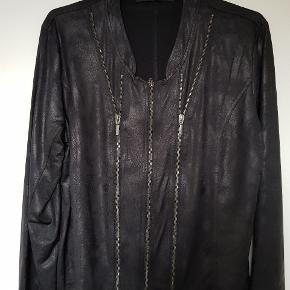 Super fin jakke i tyndt skindlignende stof, med stræk i stoffet.Kan stadig købes i butikkerne. Brugt 1 aften. Nypris 500 kr.