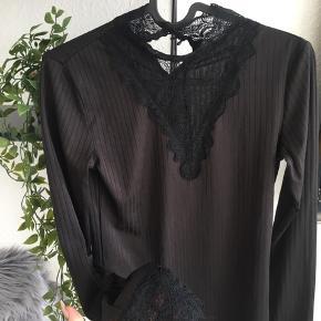 Virkelig sød bluse med blonder i str S 🤍 Lille M kan også sagtens passe den. Eller en som bruger en blanding mellem S/M.   60,-