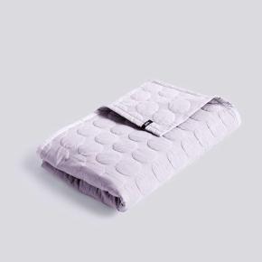 2 stk sengepuder. 60x60 cm  1 sengetæppe 195x245 cm   Mega dot lavender   Næsten ikke brugt!