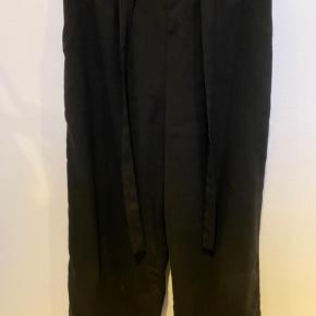 Sorte løse bukser fra gina tricot med elastik og bindebånd i taljen. Skriv privat for flere billeder og detaljer. Prisen kan forhandles. 3 for 2 på hele min profil.