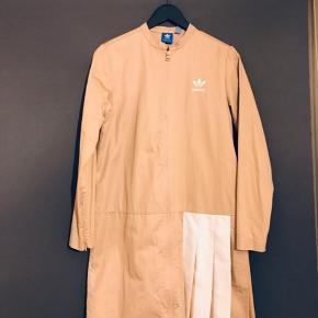 Mega cool og unik Adidas jakke med plissé.