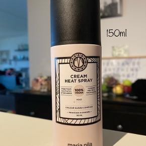 Prisen er fast og ekskl. fragt 🌷 Ny og uåbnet. 150ml. Vejl. Pris 189,-  BESKRIVELSE Maria Nila Cream Heat Spray er en plejende cremespray, som virker varmebeskyttende. Den virker genopbyggende på skadet hår, og er især god til at modvirke spaltede spidser, samtidig med at håret tilføres en smuk glans. Den indeholder blandt andet Colour Guard Complex, som beskytter mod UV-stråler og frie radikaler. På grund af spray-funktionen er den super nem at fordel i håret, og kan bruges til alle hårtyper.  Fordele: Plejende Varmebeskyttende Farvebeskyttende Modvirker spaltede spidser Giver glans Beskytter mod UV-stråler Nem at anvende Vegan venlig Sulfat og parabenefri  Anvendelse: Sprayes i håndklædetørt hår inden føntørring og styling