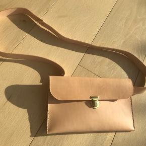 Ny håndsyet crossover/bumbag i kernelæder🌱 - kernelæderet bliver mørkere med tiden😊  Mål på taske: 25 * 15 cm Mål på remmen: 110 cm  #kernelæder #skuldertaske #bumbag #shopper #læder #rem #crossover #taske