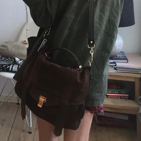 Smukkeste proenza taske i brun rusind med guld hardware. Købt i London for 4 år siden❤️ sælges da jeg ikke får den brugt. Np: 16.500kr Mp: 2800❤️
