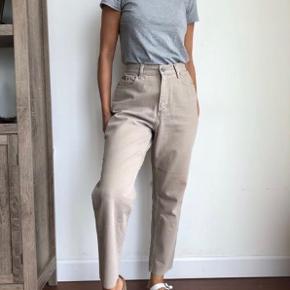 Beige Vintage Calvin Klein Jeans W26 Sælges da de aldrig rigtigt er blevet brugt og nu er blevet for små.  Nypris: 800 kr.  Kom med et bud⚡️