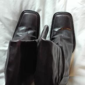 Smukke mørkebrune Alberto Fermani støvler med kraftig hæl og firkantet snude. Støvler i god kvalitet, som er brugt, men stadig i fin stand. De er ret smalle i skaftet, måler ca. 36 cm, og der er ingen elastik. De er str. 37, men er ret store i str. Jeg vurderer at de passer 37/38.