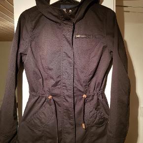 Super fin og praktisk overgangs jakke/forårsjakke / sommerjakke. Med flotte læder detaljer ved snøre. Kan spændes ind i taljen og nederst eller være helt løs.  Se også mine andre annoncer- giver god mængderabat ved køb af flere ting 😊  #30dayssellout
