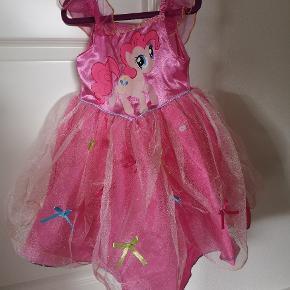 Fin My Little Pony kjole. Passes af 98 og 104 år. Sælges da min datter ikke bruger den.  Fin stand, der mangler en enkelt sløjfe foran.  Fra røgfrit hjem. Afhentes 6710 Fourfeldt.