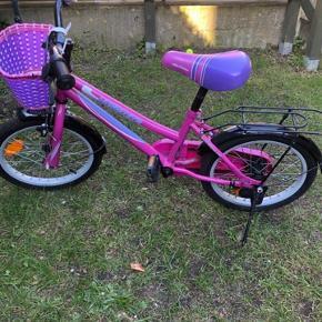 Et år gammel cykel passer til en pige på 5-7 år
