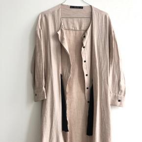 Virkelig fin lang jakke fra Zara. Farven er lys beige/mild rosa og er i str. small. BYD