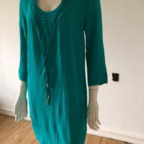 Smuk grøn/turkis kjole fra DVF model New Parlian dress. Brugt enkelte gange, er som ny og fejler intet.  Str 2/ small.  Byttes ikke.