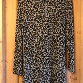 Sælger denne flotte kjole med leopard print super lækker at have på stof mæssigt med lynlås i halsen str svare til en s/m byd gerne