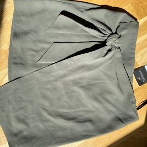 Super flot nederdel med bindedetalje. Den er aldrig brugt og stadig med tag i. Kom gerne med bud