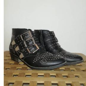 Flotte støvler fra Truffle brugt 1 til 2 gange da de er alt for små til mig. Det er til en smal fod mp 200 Np 250 Byd!!
