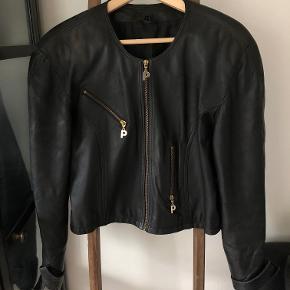 Lækker skindjakke fra interteam leather collection i sort, str. 44.
