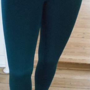 Beskrivelse Nye grønne lange tights. Med bred elastisk i taljen. Indvendig benlængde: 68 cm, Livvidde: 70 cm. Består af: 79 % polyester og 21 % elastine.