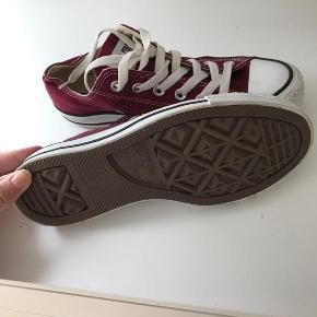 Varetype: sneakers Farve: Bordeaux  Converse  str. 5  brugt 2 gange, ses ikke.